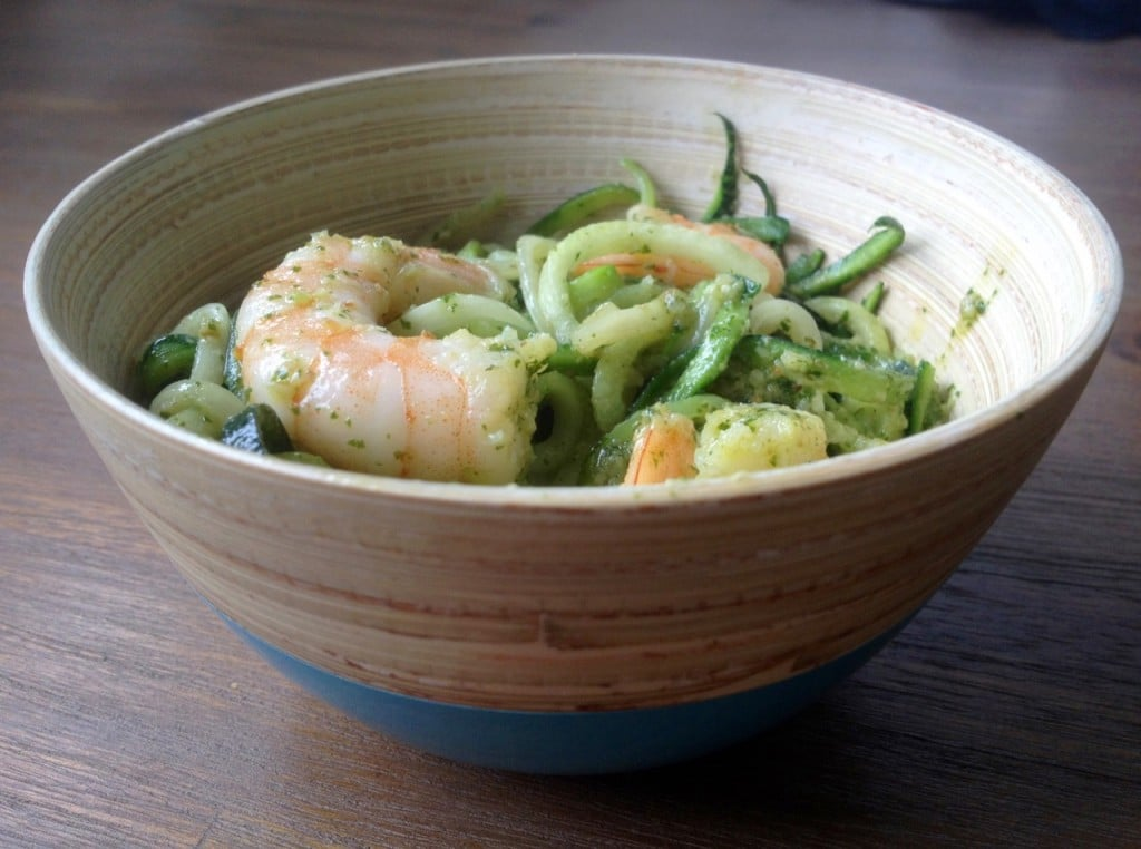Courghetti met koriander-walnoten pesto en garnalen