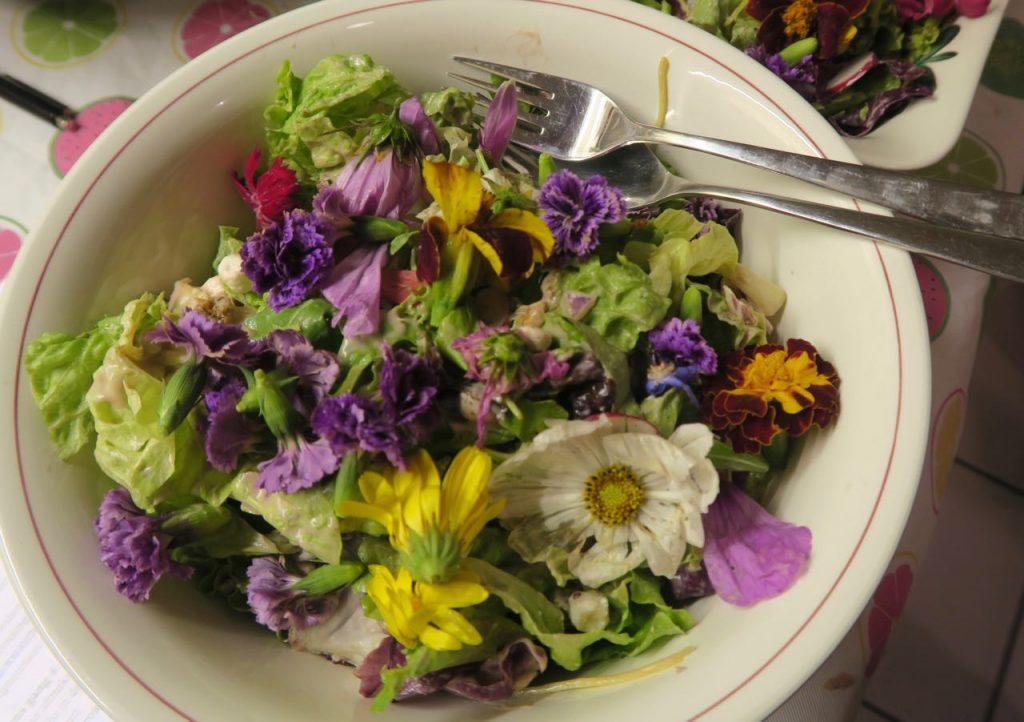 21-diner salade met bloemen