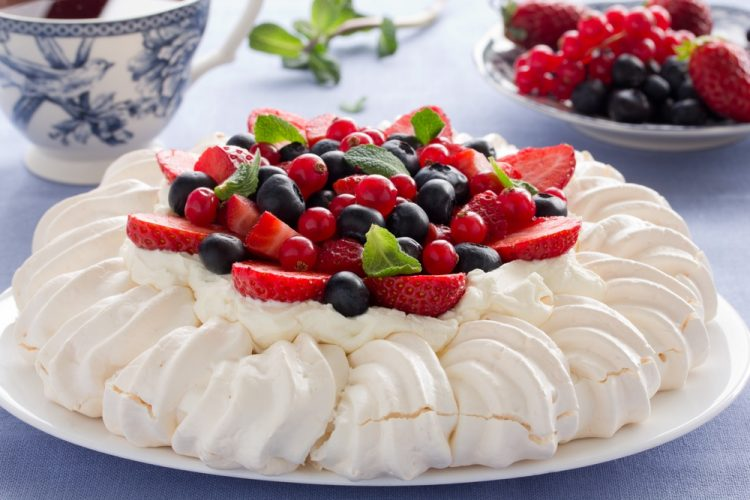 pavlova met slagroom en fruit