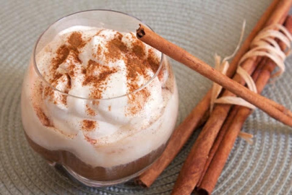 Warme chocolademelk met kaneel-sinaasappelroom