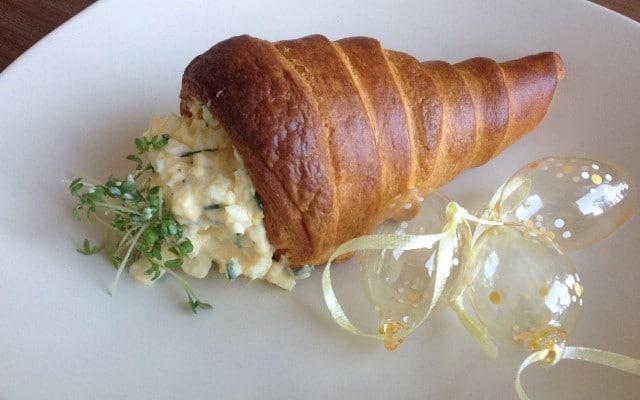 Wortel van croissantdeeg met verse eiersalade