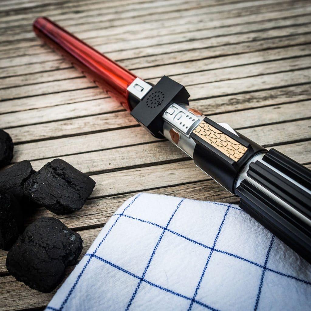 Verjaardagscadeau: Star Wars grilltang met lichtzwaardgeluid