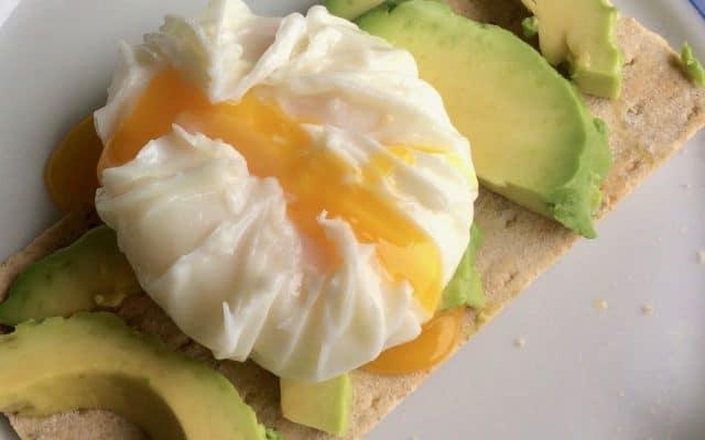 Toast met avocado en gepocheerd ei