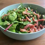 Salade met avocado, spek en peultjes