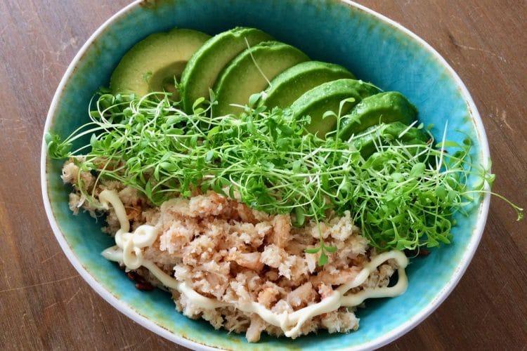 Poké bowl met avocado en krab