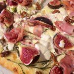 Smaken van de herfst: pizza met vijgen, ham en noten