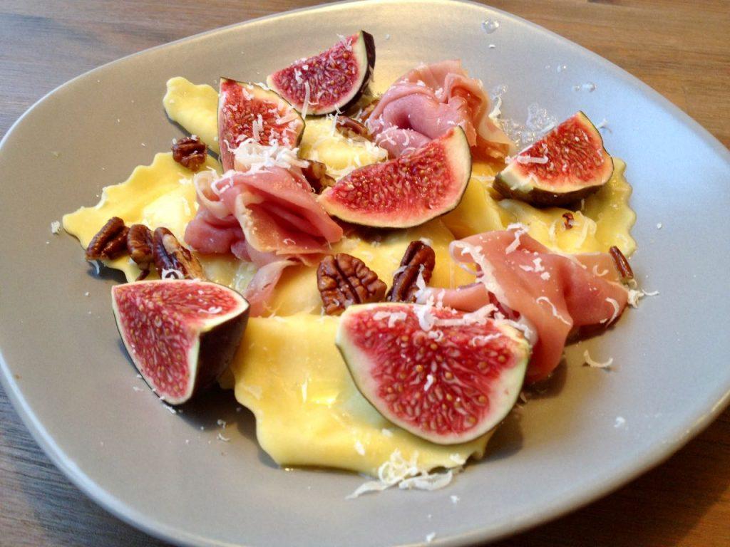 ravioli met vijgen, ham en pecannoten