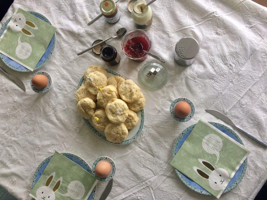 Homemade scones met clotted cream en jam
