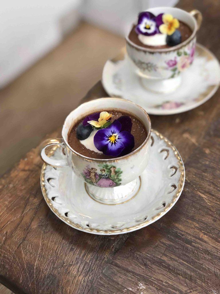 espresso-choco mousse met eetbare bloemen
