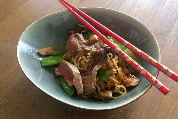 Tien minuten maaltijd: noodles met shiitake, peultjes en biefstuk