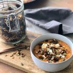 Zoete aardappel- en rode linzensoep met feta en hartige granola