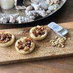 Tartelettes met gekarameliseerde ui en pijnboompitjes