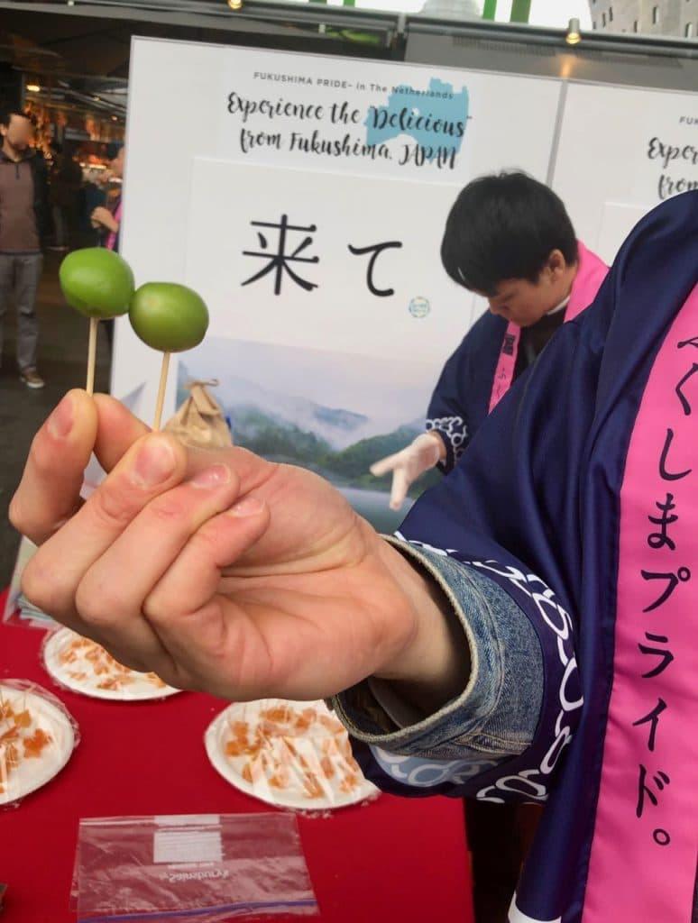 jonge perziken uit Fukushima