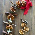 DIY kerstslinger van sinaasappel, laurier en kaneel