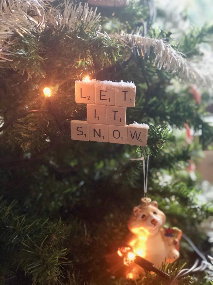 kerstbal van scrabble letters