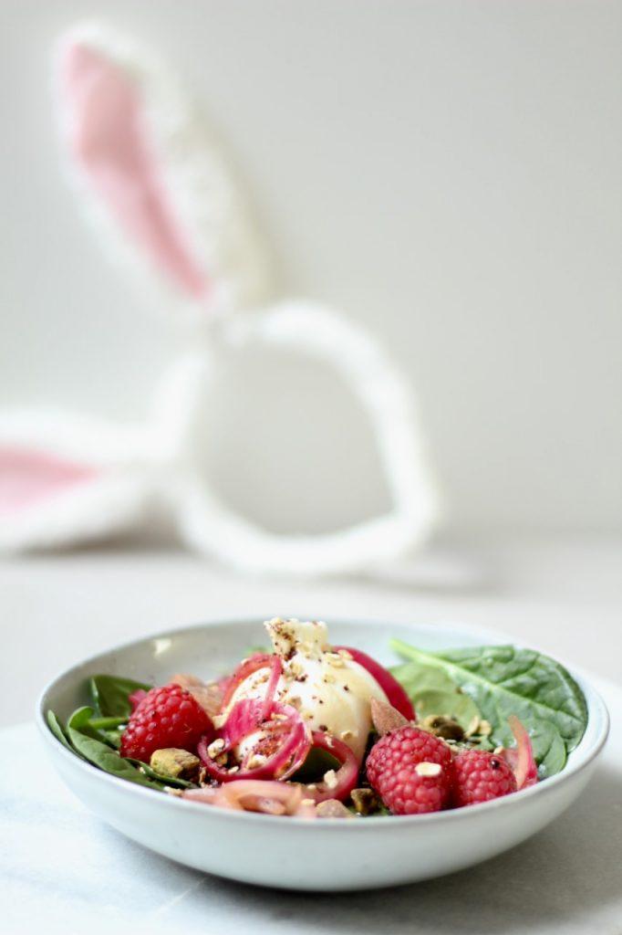 spinaziesalade met burrata en ingelegde rode ui