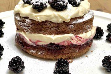 Bananencake met mascarponeroom en bramen