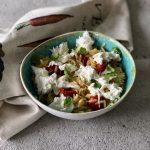 Orzo caprese, een heerlijke maaltijd (pasta)salade!
