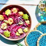 Pink noodle bowl met avocado en vis